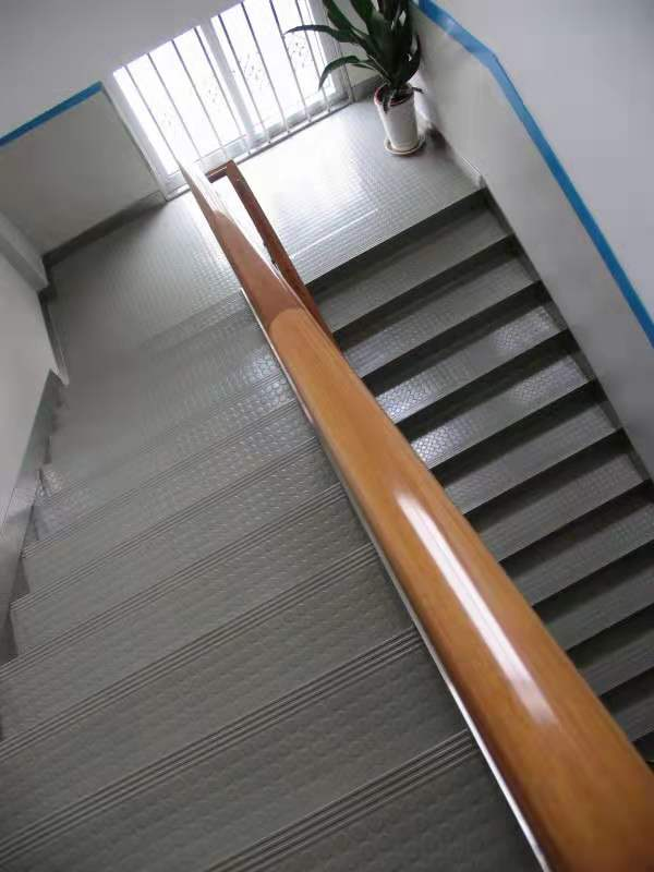 Sàn cao su lót cầu thang