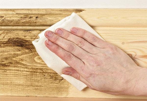 Loại bỏ vết cháy tàn thuốc lá trên sàn nhựa như thế nào?